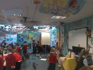 Sala lekcyjna zapełniona pracami uczniów